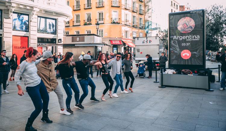Argentina llegó con un teléfono gigante a España para promocionar sus destinos